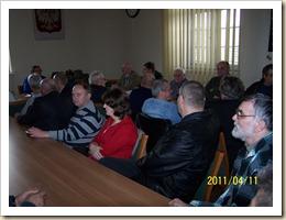 Członkowie klubu debatują podczas zebrania